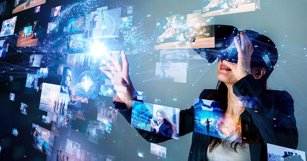 Nainen katselee virtuaalilaseilla isoa näyttöä.
