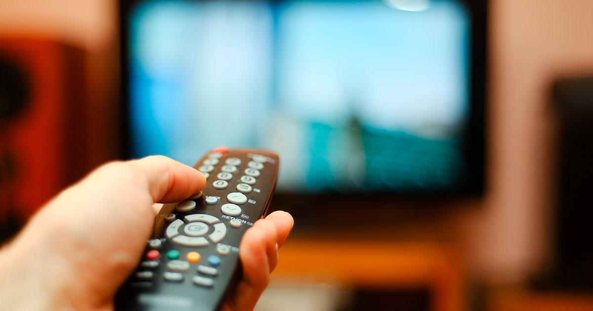 Televisio ja kaukosäädin.