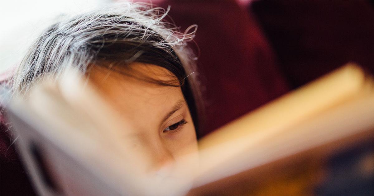 Tyttö lukee kirjaa